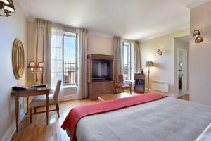 A bed or beds in a room at Hotel Bonaparte