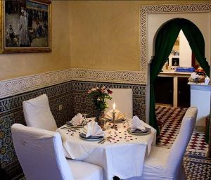 A restaurant or other place to eat at Riad Bab Chems