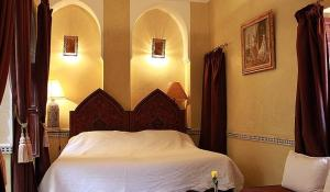 A bed or beds in a room at Riad Bab Chems