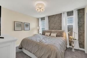 A bed or beds in a room at Five Bedrooms Single Family 4759