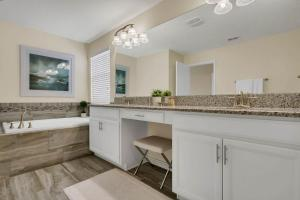 A bathroom at Five Bedrooms Single Family 4759