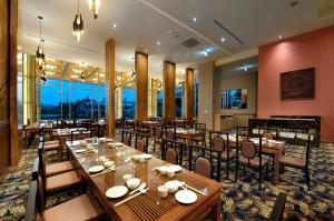A restaurant or other place to eat at LIXIN Grand Hotel