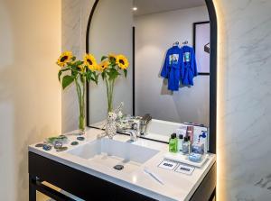 Ein Badezimmer in der Unterkunft H10 Puerta de Alcalá