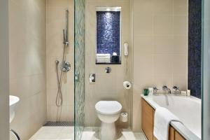 Een badkamer bij London Hilton on Park Lane