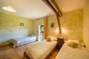A bed or beds in a room at Le Domaine De Pecany