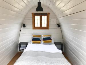 A bed or beds in a room at Valsøya