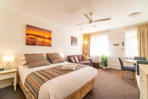 "A bed or beds in a room at ""Ocean Sunset"" Glenelg Central Studios"