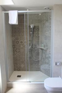 A bathroom at Best Western Plus Hôtel D'Angleterre