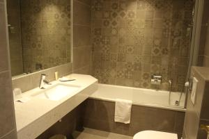 A bathroom at Best Western Plus Hôtel D'Angleterre
