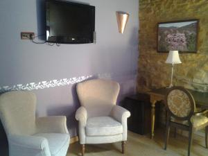 A television and/or entertainment center at Hotel Abuelo Rullo