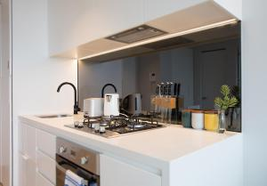 A kitchen or kitchenette at HugoHome@ Light House