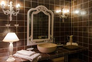 A bathroom at Le Rouge Gorge
