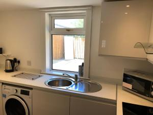 A kitchen or kitchenette at Glasgow Airport Holiday Home