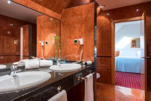 A bathroom at Tryp Leon Hotel