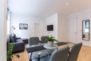 A seating area at Aldgate Apartment