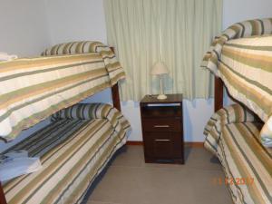 Una cama o camas cuchetas en una habitación  de Cabañas Puerta del Sol