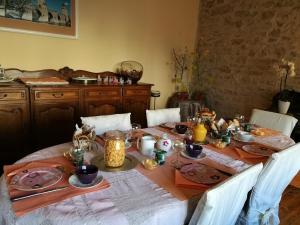 Breakfast options available to guests at Maison d'Hotes Orlaya