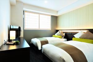 Een bed of bedden in een kamer bij Kyoto Crystal Hotel Ⅰ