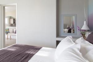 Ένα ή περισσότερα κρεβάτια σε δωμάτιο στο Poseidon of Paros Hotel & Spa