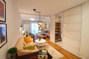 A seating area at apartman Henne