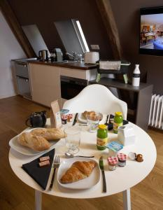 Breakfast options available to guests at Les Maisons du Pont