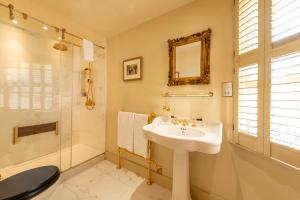 A bathroom at Fielding Hotel