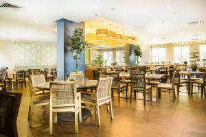 A restaurant or other place to eat at Radisson Hotel Panama Canal