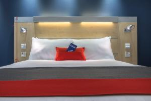 A bed or beds in a room at Holiday Inn Express Kettering Corby