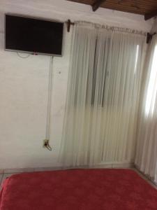 Una televisión o centro de entretenimiento en Hotel Del Pasaje