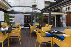 A restaurant or other place to eat at Hotel Mercure Jardines de Albia