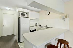 A kitchen or kitchenette at Cheltenham Apartments