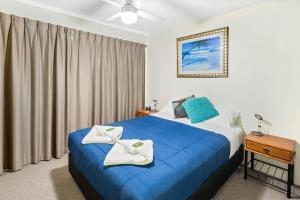 A bed or beds in a room at Cheltenham Apartments