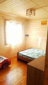 Кровать или кровати в номере Apelsin