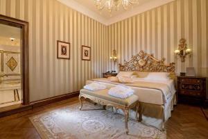A bed or beds in a room at Hotel Ai Reali - Small Luxury Hotels of the World