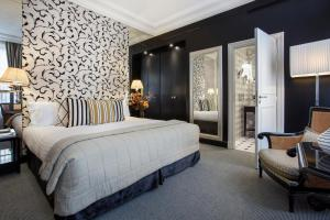 A bed or beds in a room at Castille Paris – Starhotels Collezione