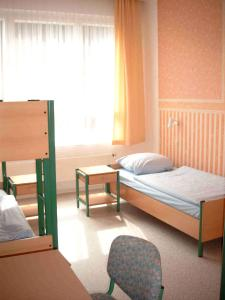 A bed or beds in a room at Internationales Gästehaus