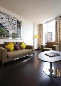 A seating area at Krasnapolsky Apartments