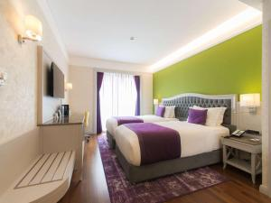 A bed or beds in a room at Mercure Tbilisi Old Town