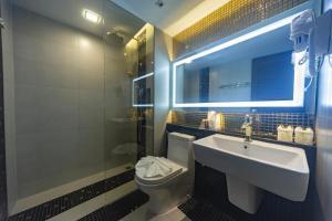 A bathroom at Holatel