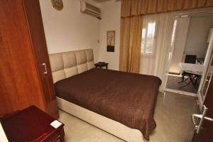 A bed or beds in a room at Apartmani Irena