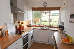 A kitchen or kitchenette at Jamie's Georgeham