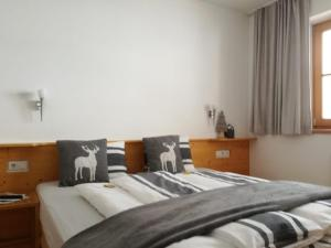 Ein Bett oder Betten in einem Zimmer der Unterkunft Landhaus Servus