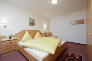 A bed or beds in a room at Haus Imfong