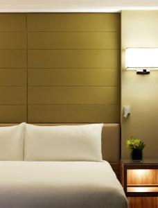 A bed or beds in a room at Grand Hyatt Melbourne