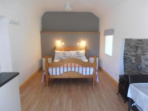 A bed or beds in a room at Hungry Hill Lodge