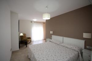 Säng eller sängar i ett rum på Apartamentos La Botica de Nerja