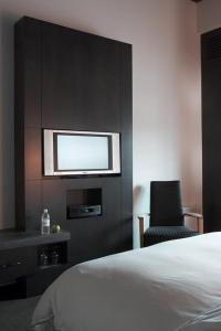 A bed or beds in a room at Hôtel Alt Québec