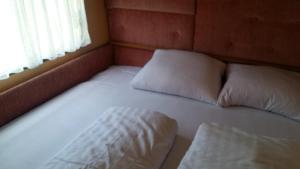Łóżko lub łóżka w pokoju w obiekcie Caravans Magda