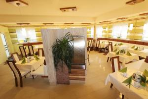 A restaurant or other place to eat at Hotel Garni Thermenglück