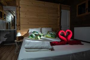 A bed or beds in a room at Les Insolites de la Font Vineuse